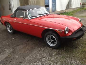 Restauration de peinture rouge sur une voiture ancienne
