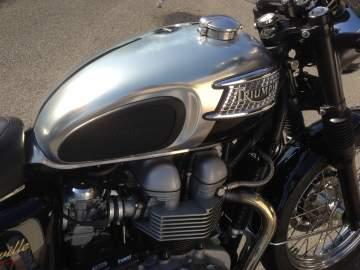 Peinture Chrome sur moto Triumph restauration
