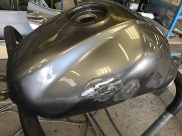 SUZUKI Réparation redressage réservoir et peinture origine