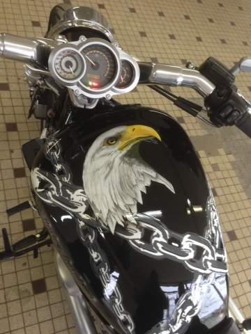 Peinture moto aérographie Harley V Rod Muscle aigle et chaines