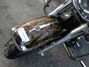 Harley Davidson aérographie personnalisation tête de mort flamming